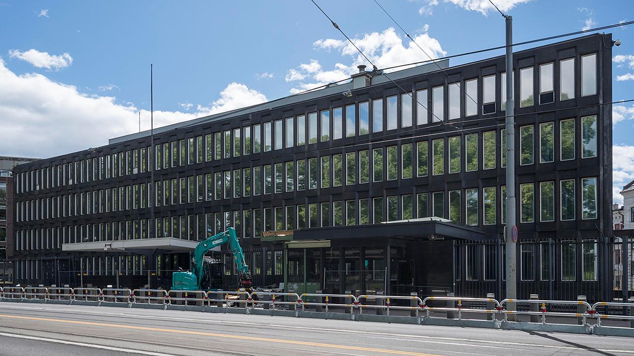 Bilde av den tidligere ambassaden med den lange fasaden mot Henrik Ibsens gate. Foto: Lene Buskoven, Riksantikvaren