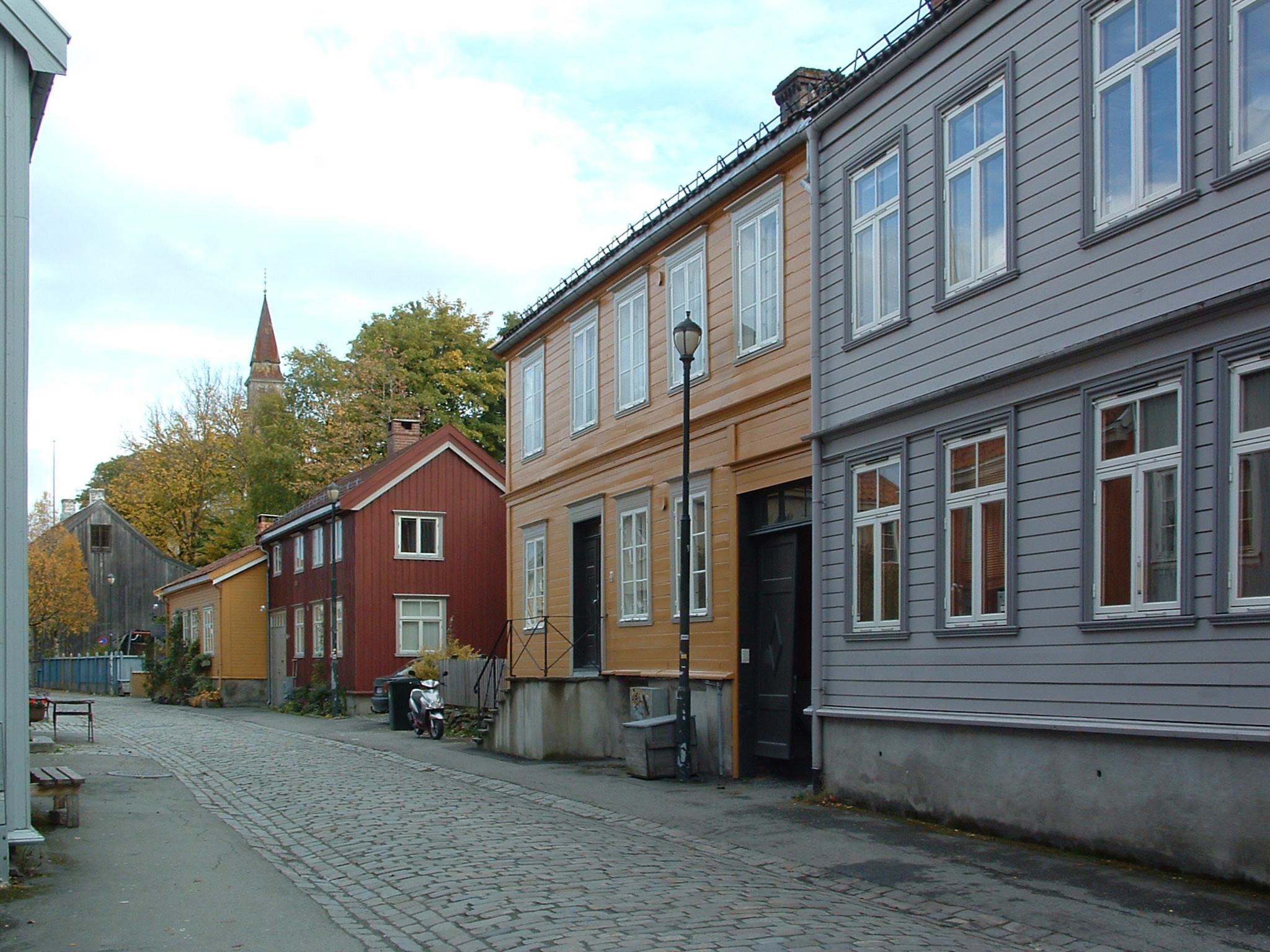 Hva er mest miljøvennlig - et gammelt laftehus eller et nytt lavenergibygg? Riksantikvaren har fått gjennomført en sammenligning av to slike hus. Det gamle huset kom svært godt ut. På bildet ser vi det gamle huset på Bakklandet i Trondheim som undersøkelsen tok utgangspunkt i. Foto: Marte Boro / Riksantikvaren