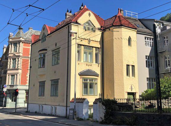 Bildet viser baksida av bygarden mot kyrkjegarden og med det tårnforma trappehuset. Foto: Linn Brox Riksantikvaren