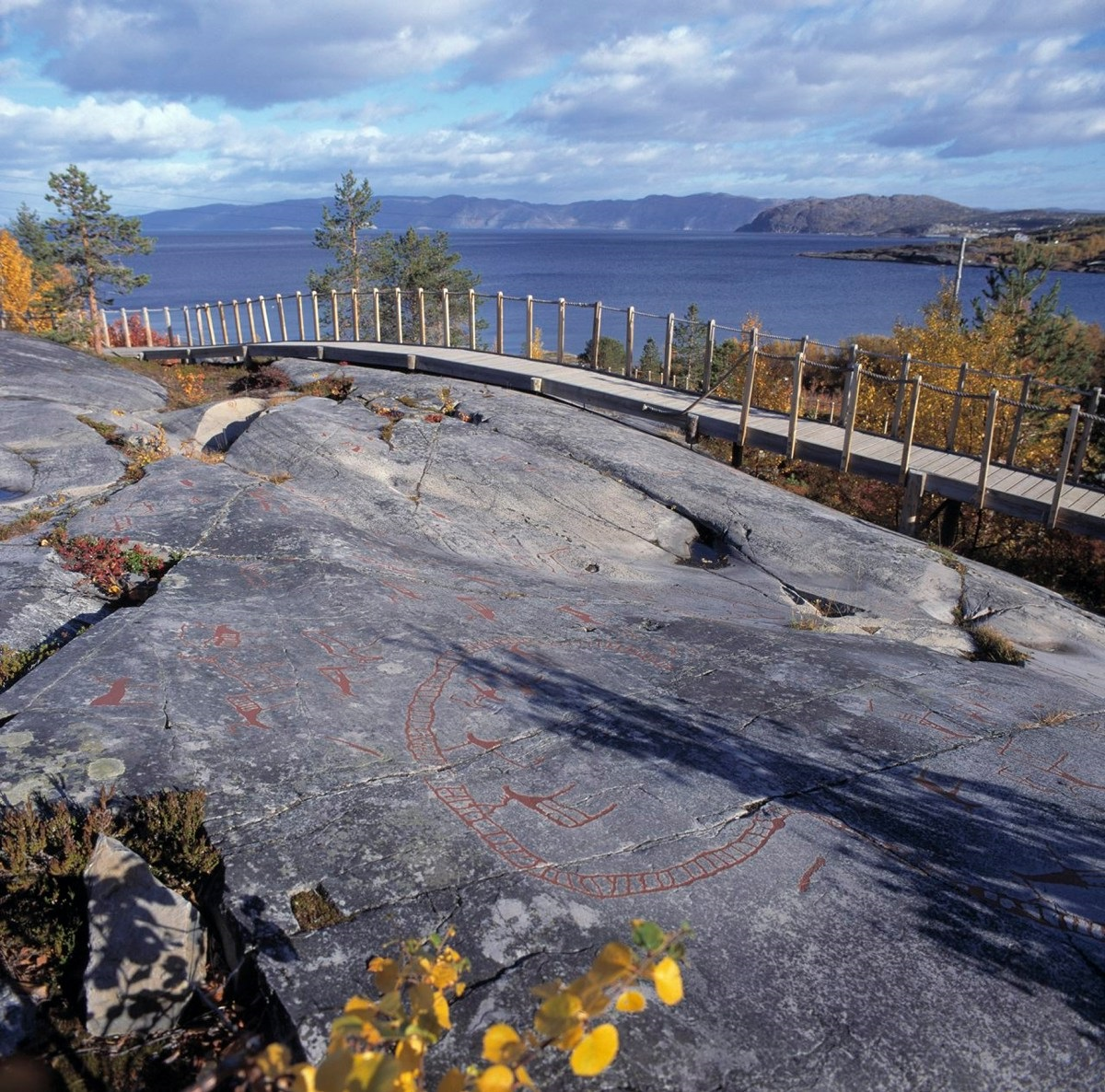 Bergkunst i Hjemmeluft Alta. Gangbro ved helleristninger som tilrettelegging for turisme ved Alta museum. Foto: Arve Kjersheim / Riksantikvaren