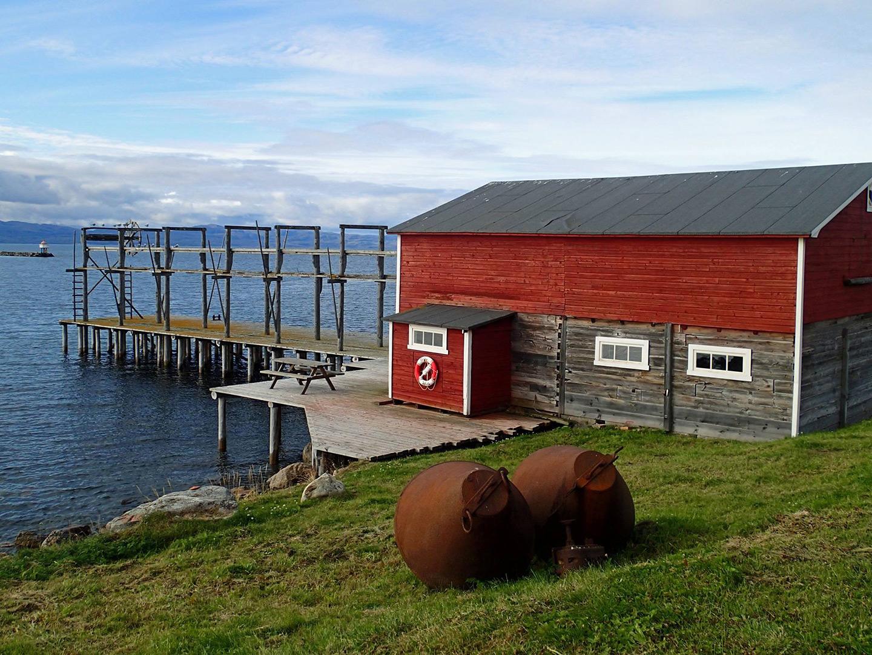 Bietilægården i Vadsø ble bygd av kvenske innvandrere og består av bolighus tre fjøs kaianlegg med nothjell og slipp for båtopptrekk. Foto: Siri Wolland Riksantikvaren
