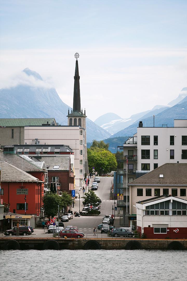 Som gjenreisingsbebyggelse utført av Brente steders Regulering (BSR) under annen verdenskrig er Bodø sentrum bymiljø av nasjonal interesse. Området har et nøkternt og funksjonelt uttrykk som var tidstypisk for den tidlige gjenreisningsbebyggelsen. I planen ligger også bruk av fondmotiv og sikteakser som kjennetegner det meste av gjenreisningen under BSR. Foto: Guri Dahl.