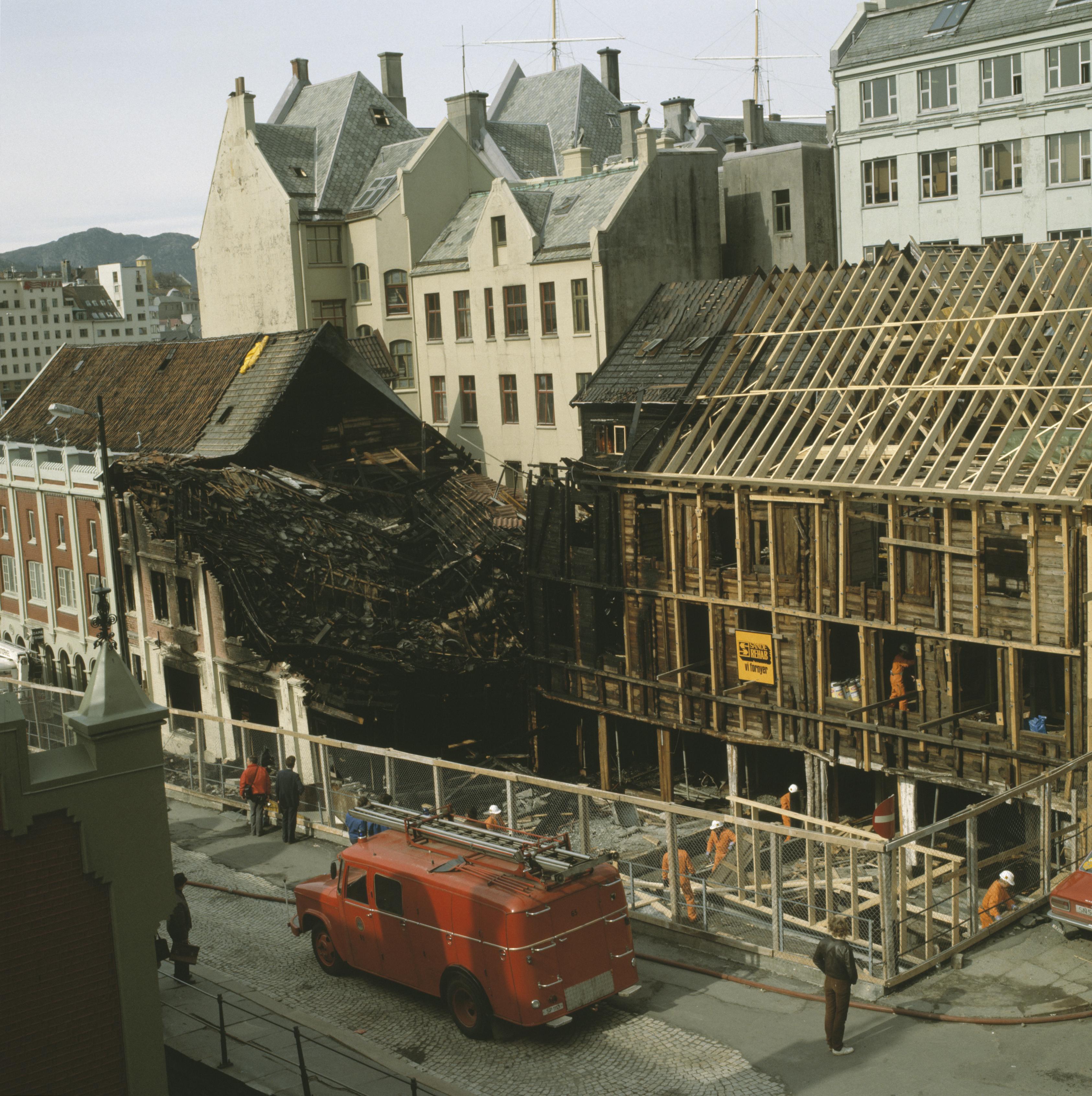 Etter brannen i Finnegården i 1982 Bryggen i Bergen. Foto Arve Kjersheim / Riksantikvaren