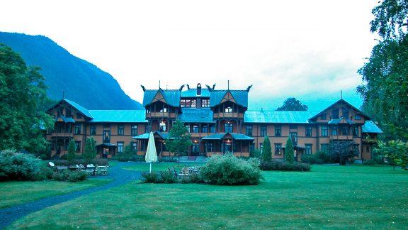 Det sortslåtte Dalen hotell bygget i sveitserstil ligger ved endestasjonen av Bandakkanalen. Foto: Ingrid Djupedal Riksantikvaren