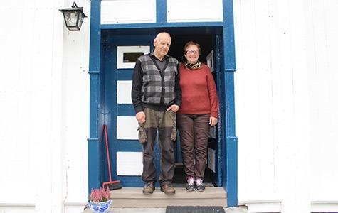 Erling og Nelly Strømmen er stolte over å bo i det eldste huset i Norge som er bebodd. Foto: Anja Heie Riksantikvaren