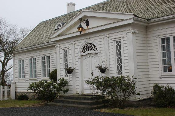 Dagens hovedhus ble bygget om i 1928-1929 fra et enkelt 1700-talls hus til en rikt dekorert klassisk empirestil. Foto: Bodil Johanne Paulsen Riksantikvaren