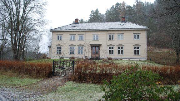 Bildet viser den gang staselig forvalterbolig på Eikelands verk nå staselig privatbolig en tidlig vinterdag. Foto: Per David Martinsen Riksantikvaren