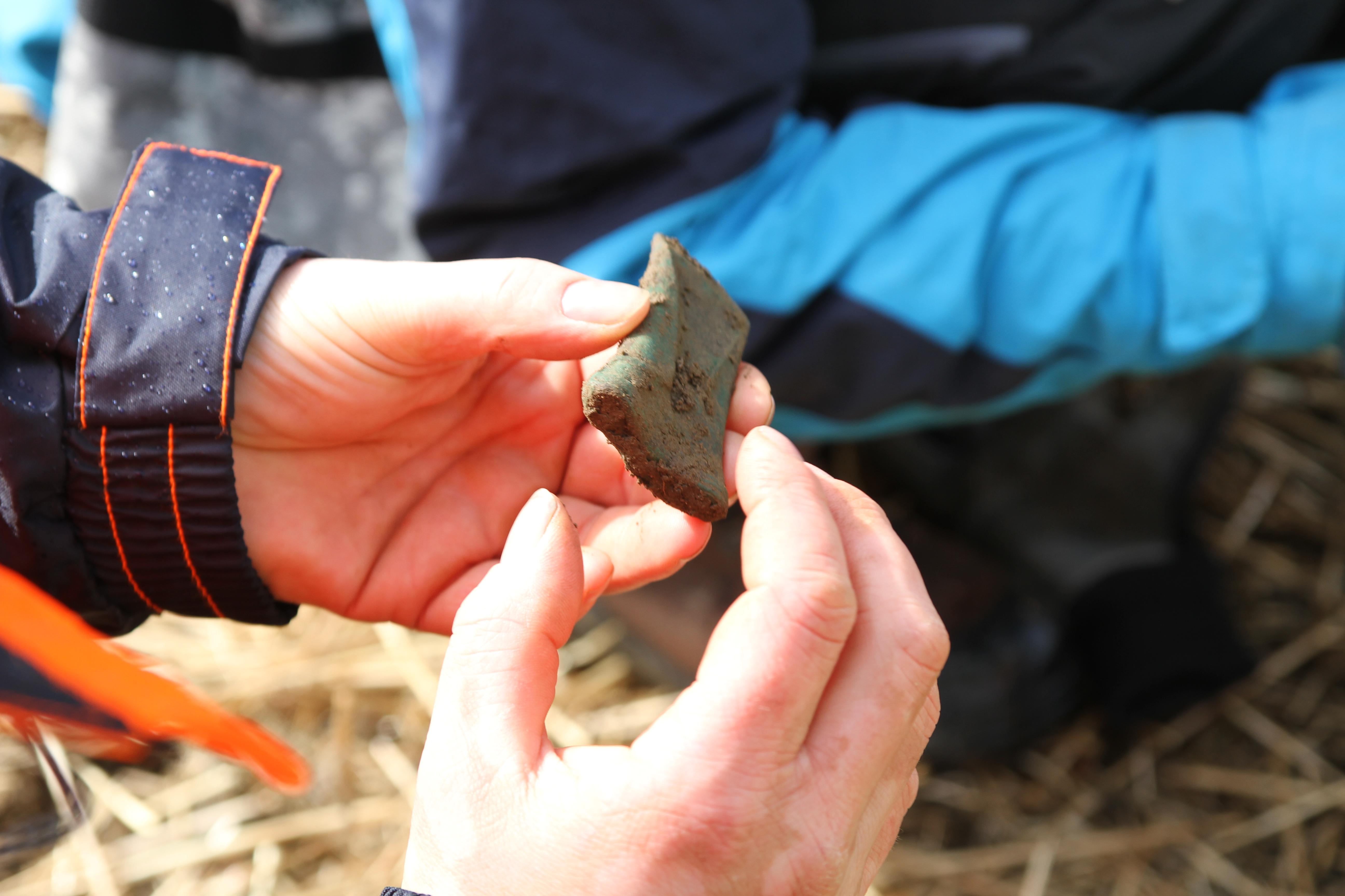 Bronse-celt (liten øks) funnet i 2017 i Hegra Trøndelag. Foto: Jostein Gundersen Riksantikvaren
