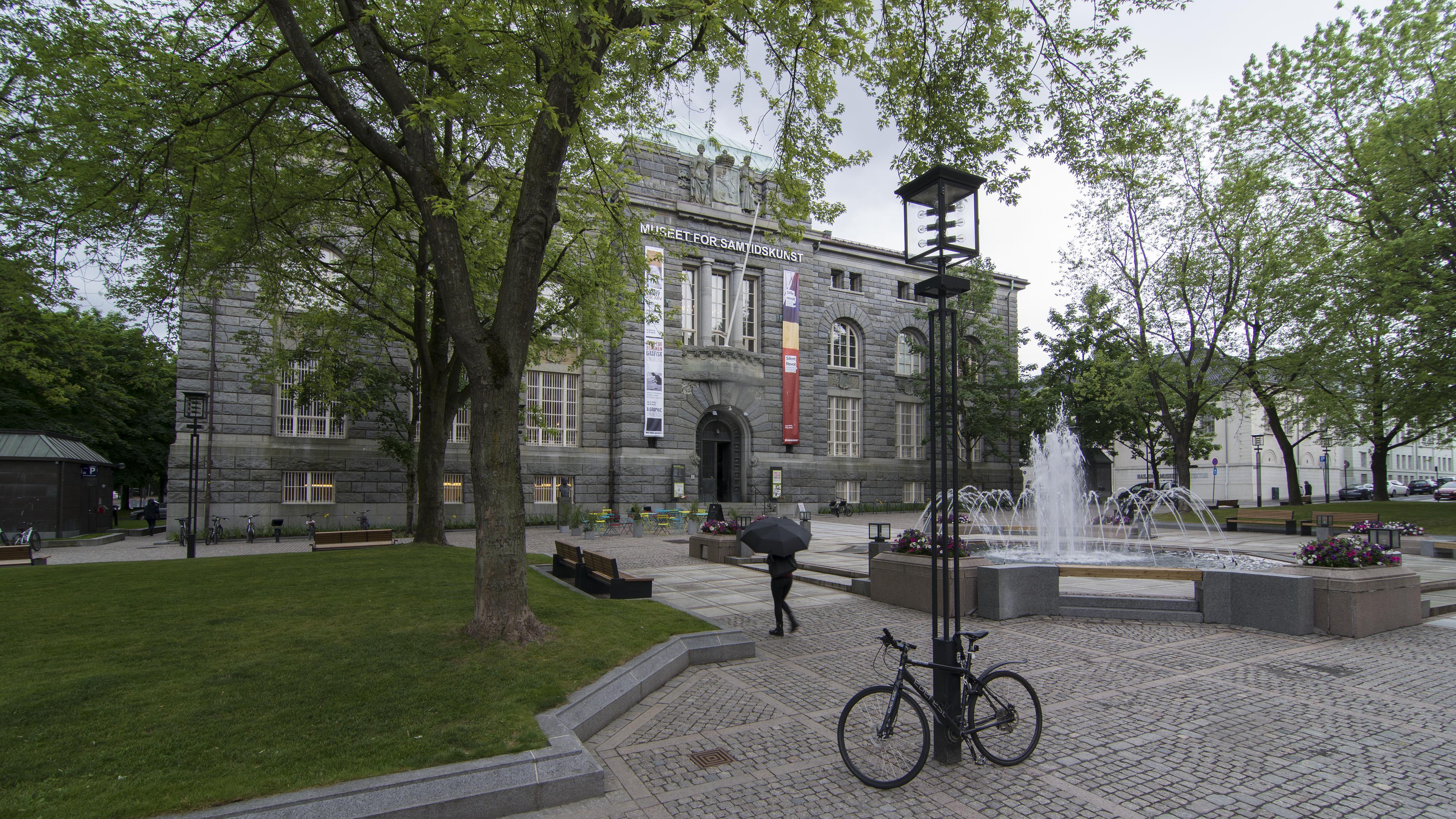 Bilde av Bankplassen 4 i Oslo, tidligere hovedkontor for Norges Bank. Nå holder Museet for samtidskunst til i bygningen. Bygget er dekket med grovhygget mørk granitt, den har rundbuede vinduer og rundbuet inngangsdør, kobbertak og dekorert med søyler, statuer og ornamenter. Foto: Dagfinn Rasmussen Riksantikvaren