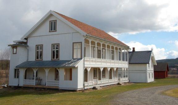 Bildet viser vestfasaden som ikke har verandaer i begge etasjene. Foto er lånt fra Hedmark fylkeskommune