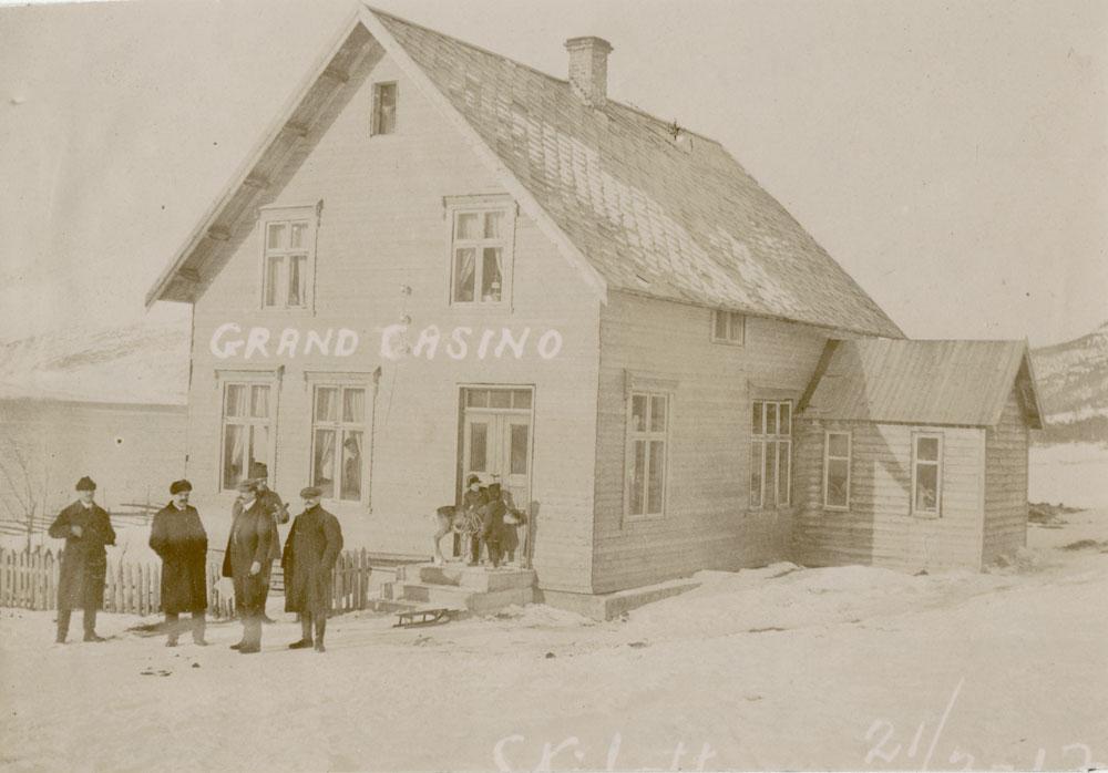 """På markedet ble det foretatt mang en god handel i det yrende folkelivet og i 1915 hadde de sågar et eget  """"Grand Casino """"."""