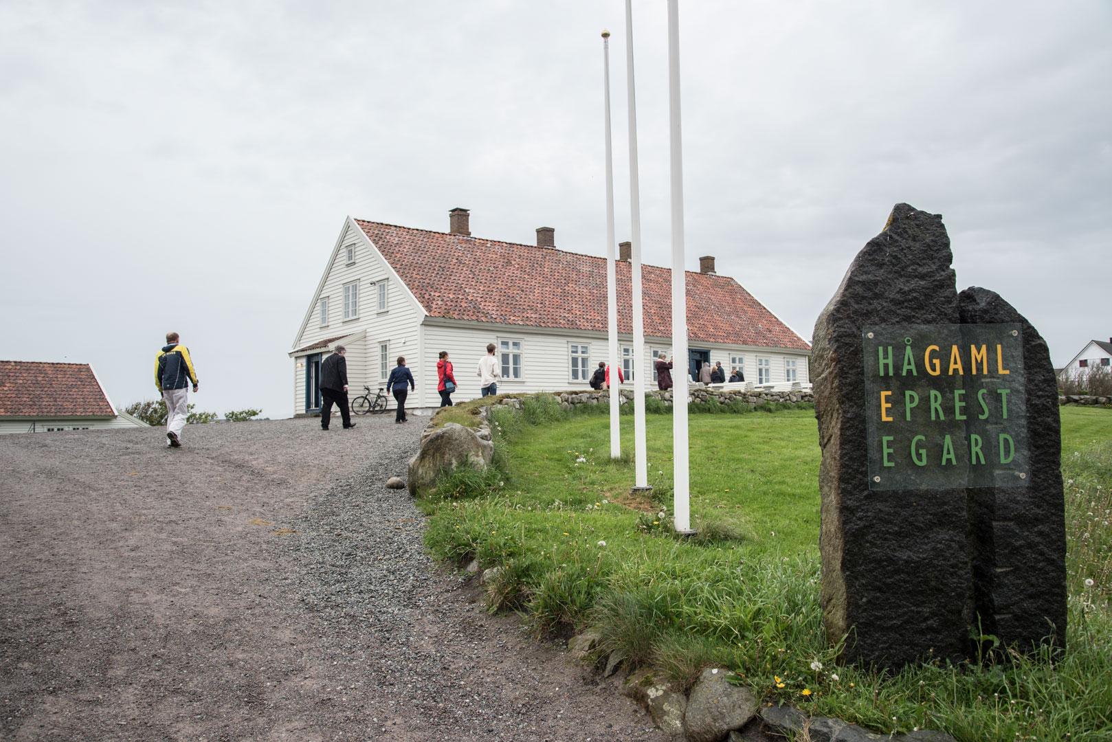 I dag er det kunst og kultur som fyller bygningene på den gamle prestegården på Hå på Jæren. Foto: Lene Buskoven Riksantikvaren