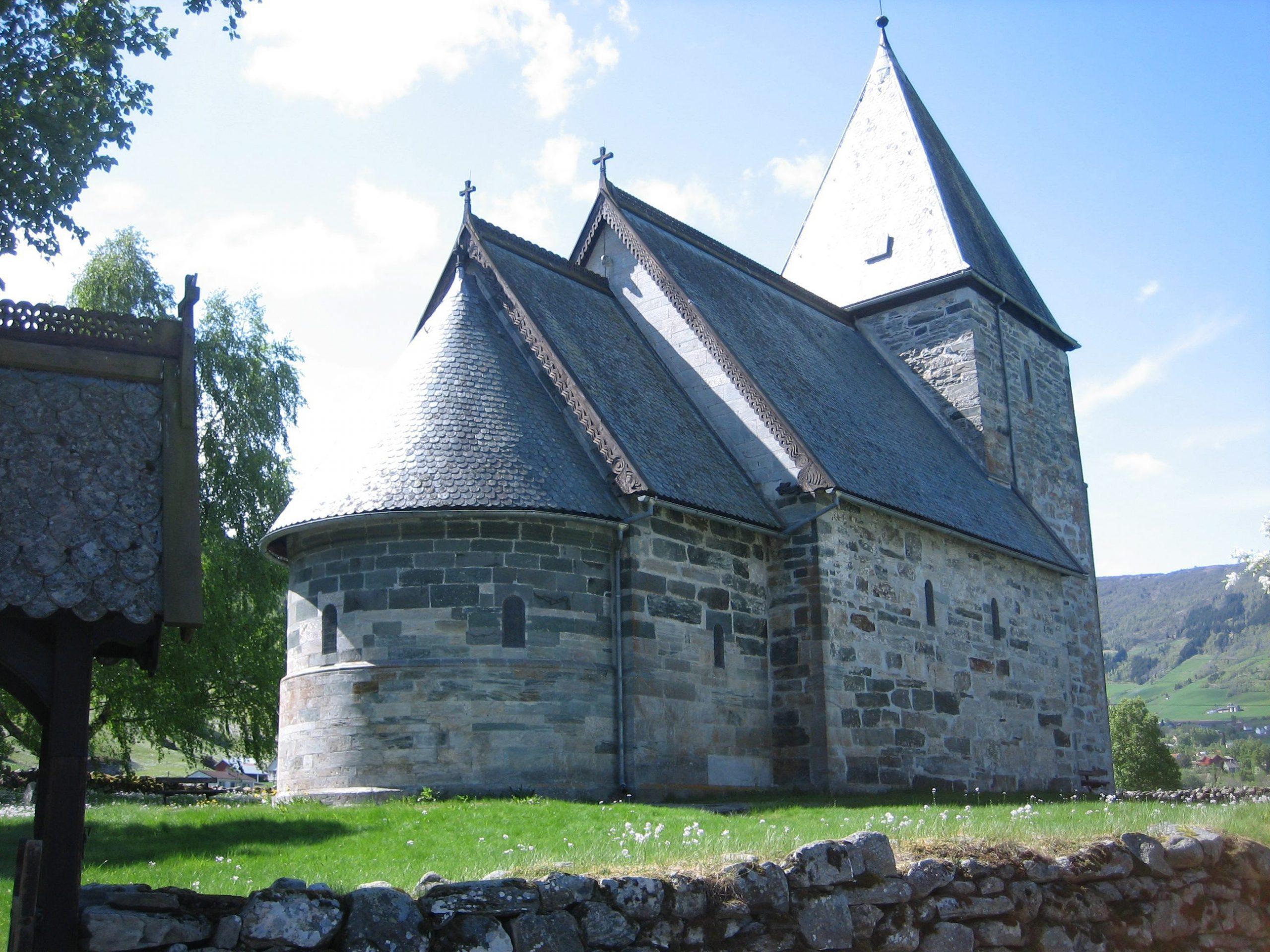 Hove kyrkje er frå 1100-talet. Foto: Harald Ibenholt Riksantikvaren