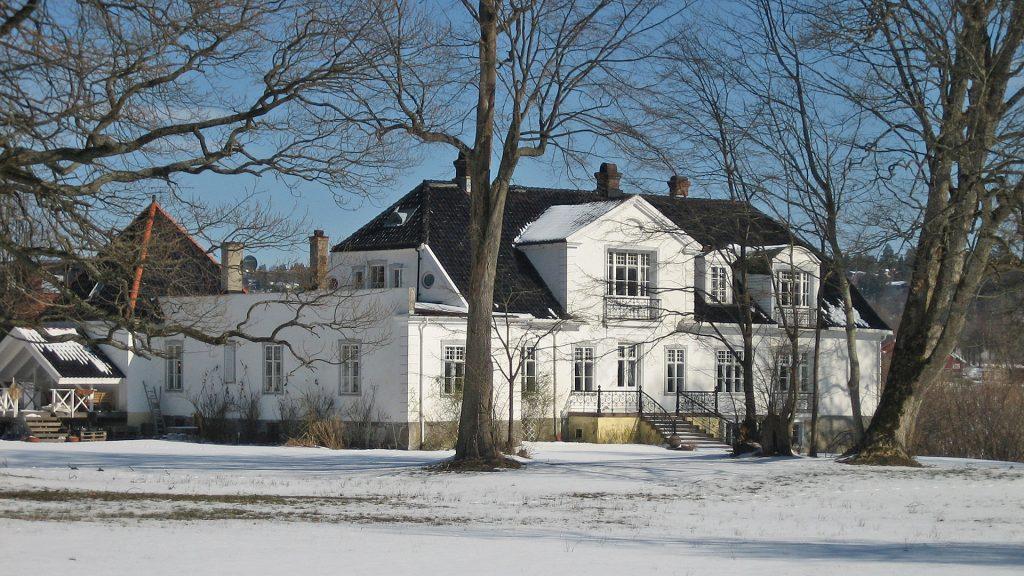 Hovedbygningen på Grønli i vinterdrakt sett fra hagen. Foto: Linda Veiby Riksantikvaren