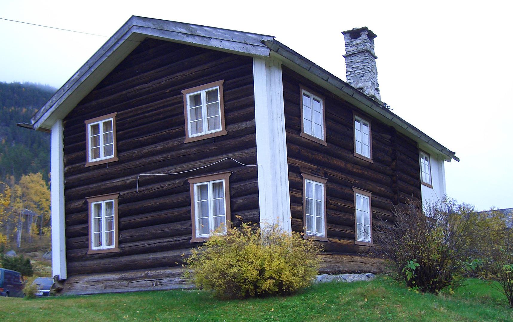 Hovedbygningen på Kravik Mellom sett fra baksiden før istandsettingen. Foto: Jan Arne Bergli Riksantikvaren