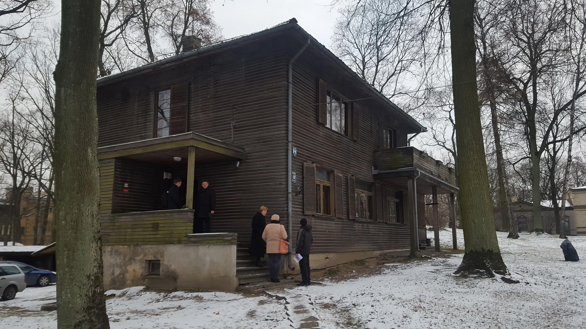 Kontrastene er store mellom slik huset til den latviske dikteren Jãnis Akuraters så ut i 2015 og slik det ser ut i 2017 (se under). Foto: Kåre Hosar Lillehammer museum