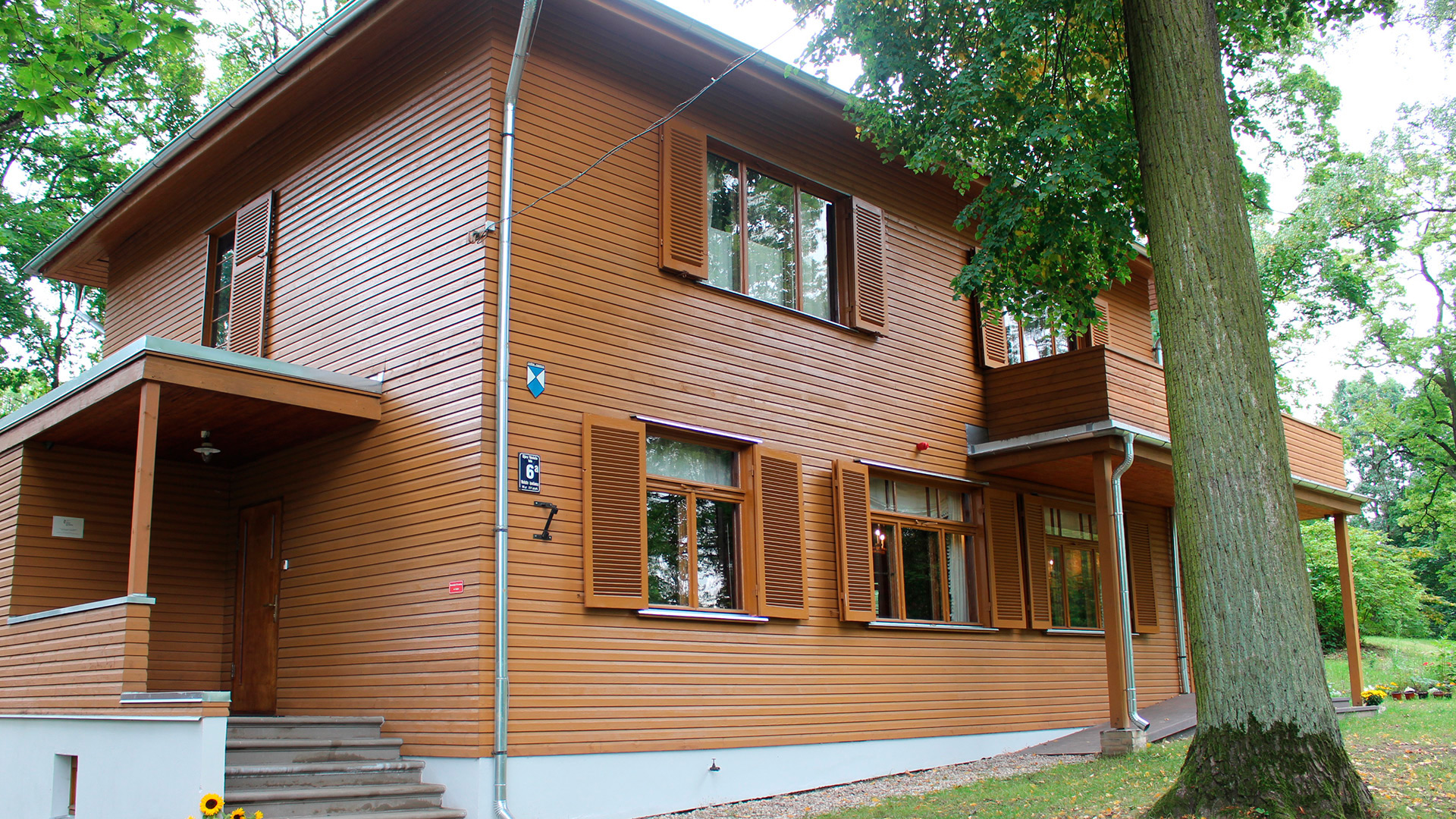 Hvilken farge bygningen skulle ha var ett av mange spørsmål en måtte ta stilling til ved restaureringen av huset som ble bygget for Akuraters og hans familie i 1933. Eldre svart-hvitt bilder ga ingen klare svar men ved nærmere undersøkelser kom okerfargen fram. Foto: Anja Heie Riksantikvaren