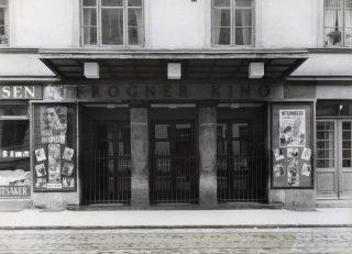 """Inngangspartiet Frogner Kino slik det originalt stod. Film som vises er """"Intermezzo """" fra 1936. Fotograf: O. Væring / Oslo byarkiv"""