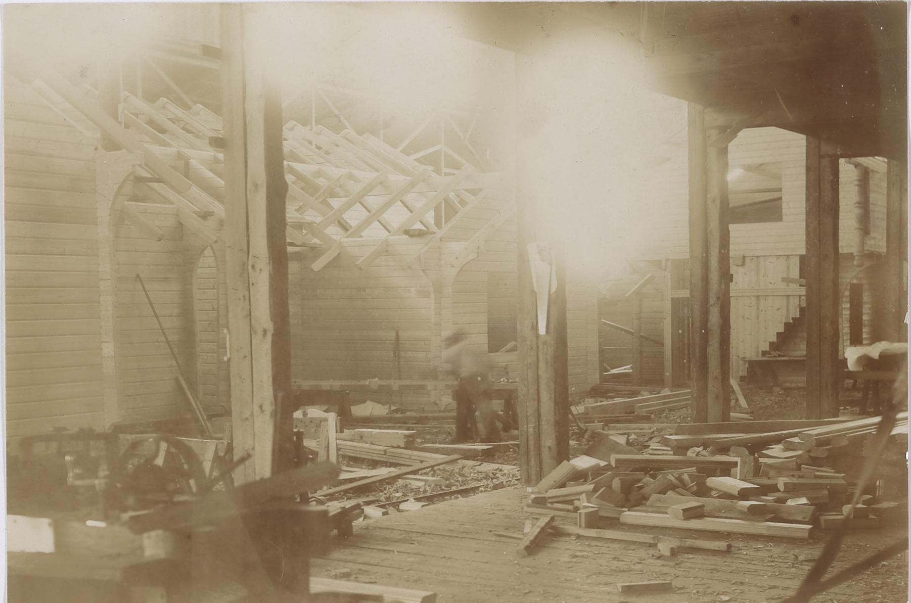 Fot av innsiden av fabrikken. Til venstre på bildet kan en skimte en konstruksjon under oppføring.