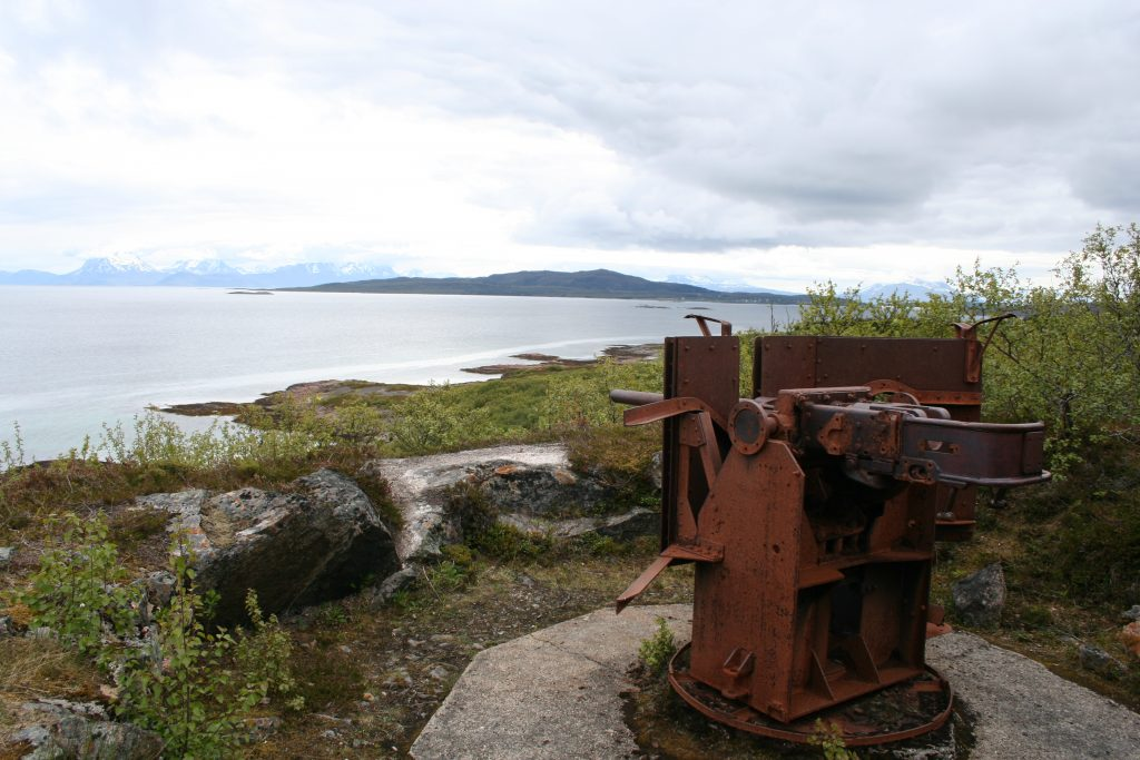 Bilde viser en av kanonstillingene på Bjarkøy som holdt øye med skipstrafikken i farvannet utenfor. Foto: Geir Olav Gramm Riksantikvaren