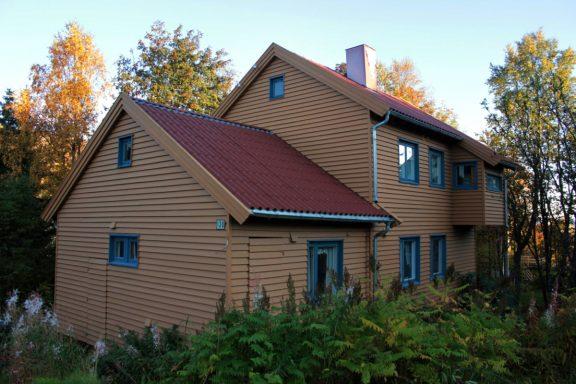 Bilde av huset sett fra Mellomveien. Foto: Troms fylkeskommune