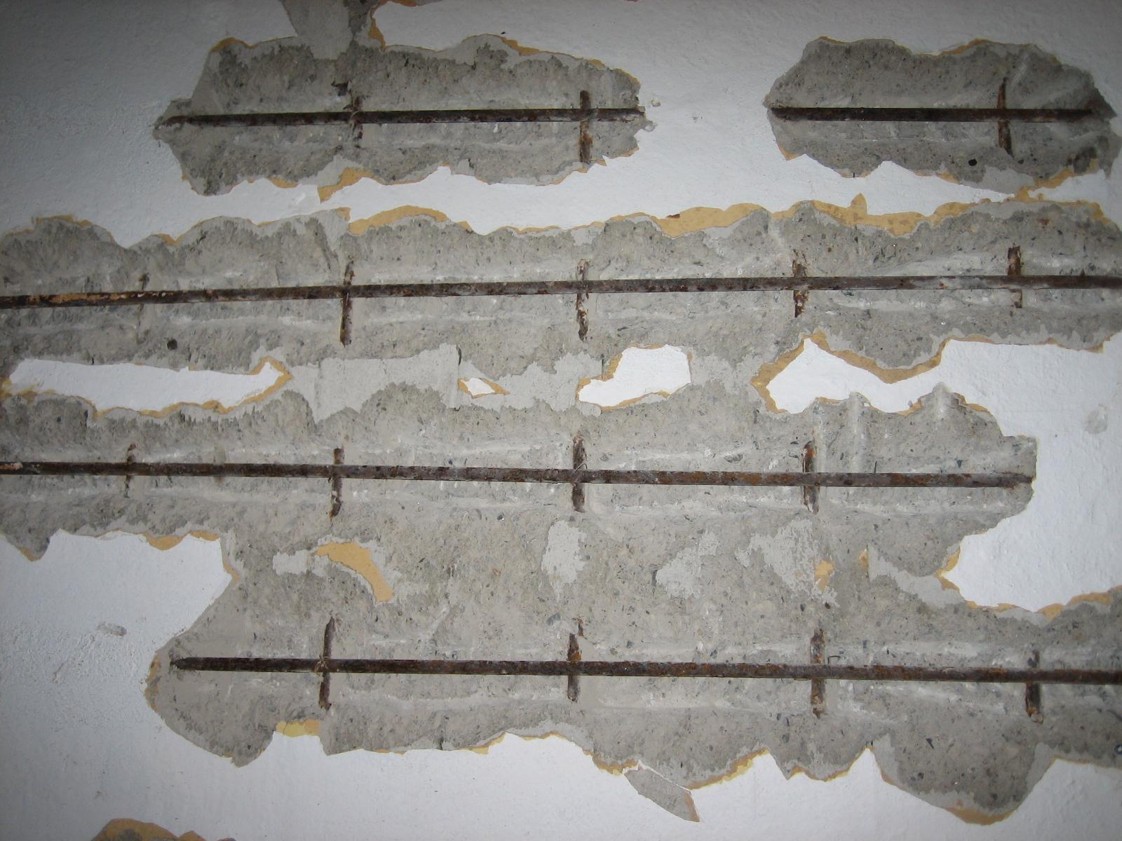 Armeringsjern som ruster utvider seg og fører også til skader på betong og puss. Foto Sjur Mehlum / Riksantikvaren