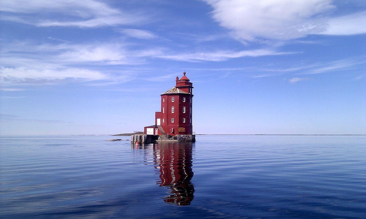 Rune Halvorsen fra Ørland vant 3. plass (13. globalt) i fotokonkurransen Wiki Loves Monuments 2012 med dette bildet av Kjeungskjær fyr i Sør-Trøndelag. Foto: Wikimedia Commons CC-BY-SA https://commons.wikimedia.org/wiki/File:Kjeungkj%C3%A6r_fyr.jpg
