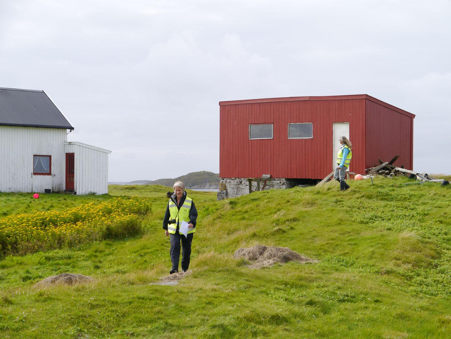 Kontrollregistrering av kulturminner på Hysvær i Vega kommune. Arbeidet var en del av programmet for overvåking av SEFRAK-bygninger «Gamle hus da og nå». Foto: K. Fageraas/NIKU 2013