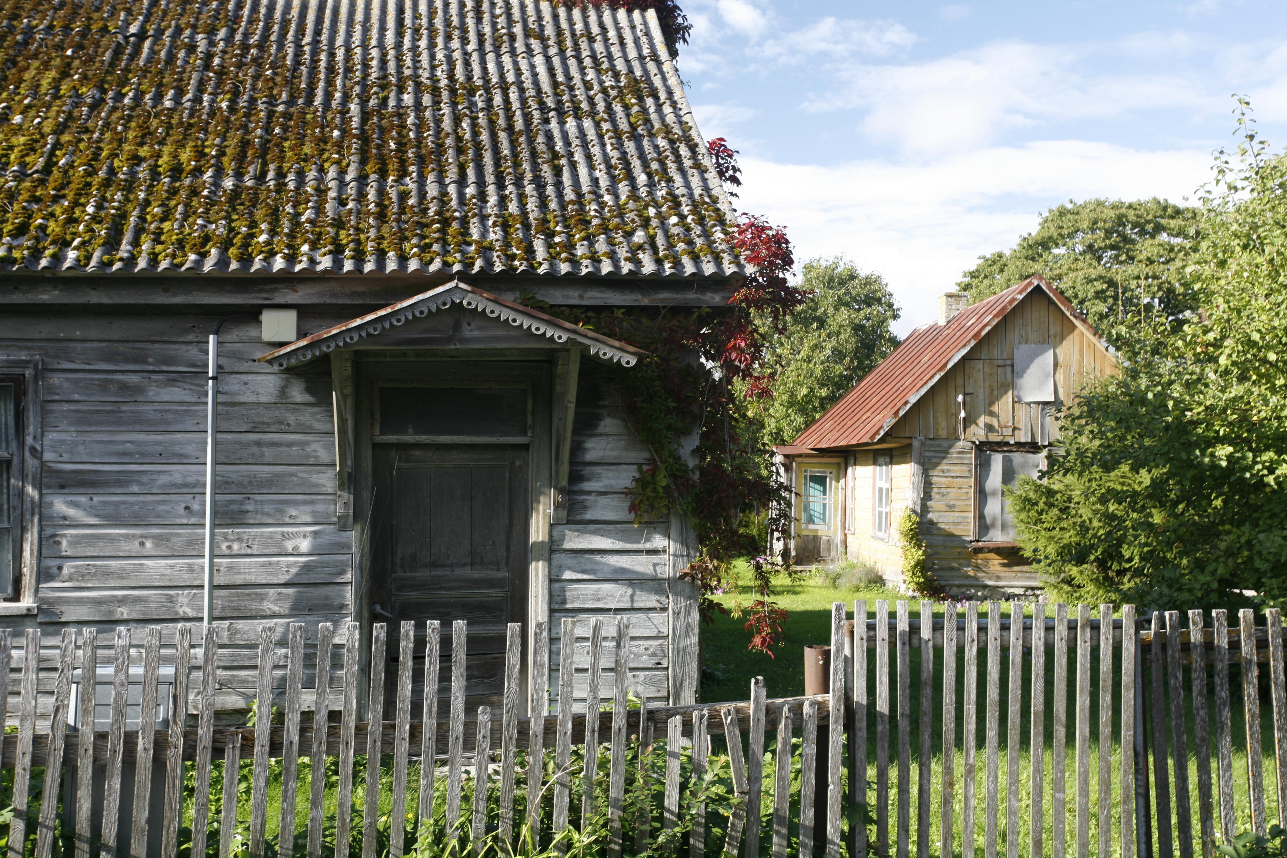 Byen Kuressaare i Estland er kjent for sine flotte steinbygninger fra 1700 og 1800-tallet men har også en vakker gammel trehusbebyggelse. Foto: Kaarel Truu Estland National Heritage Board