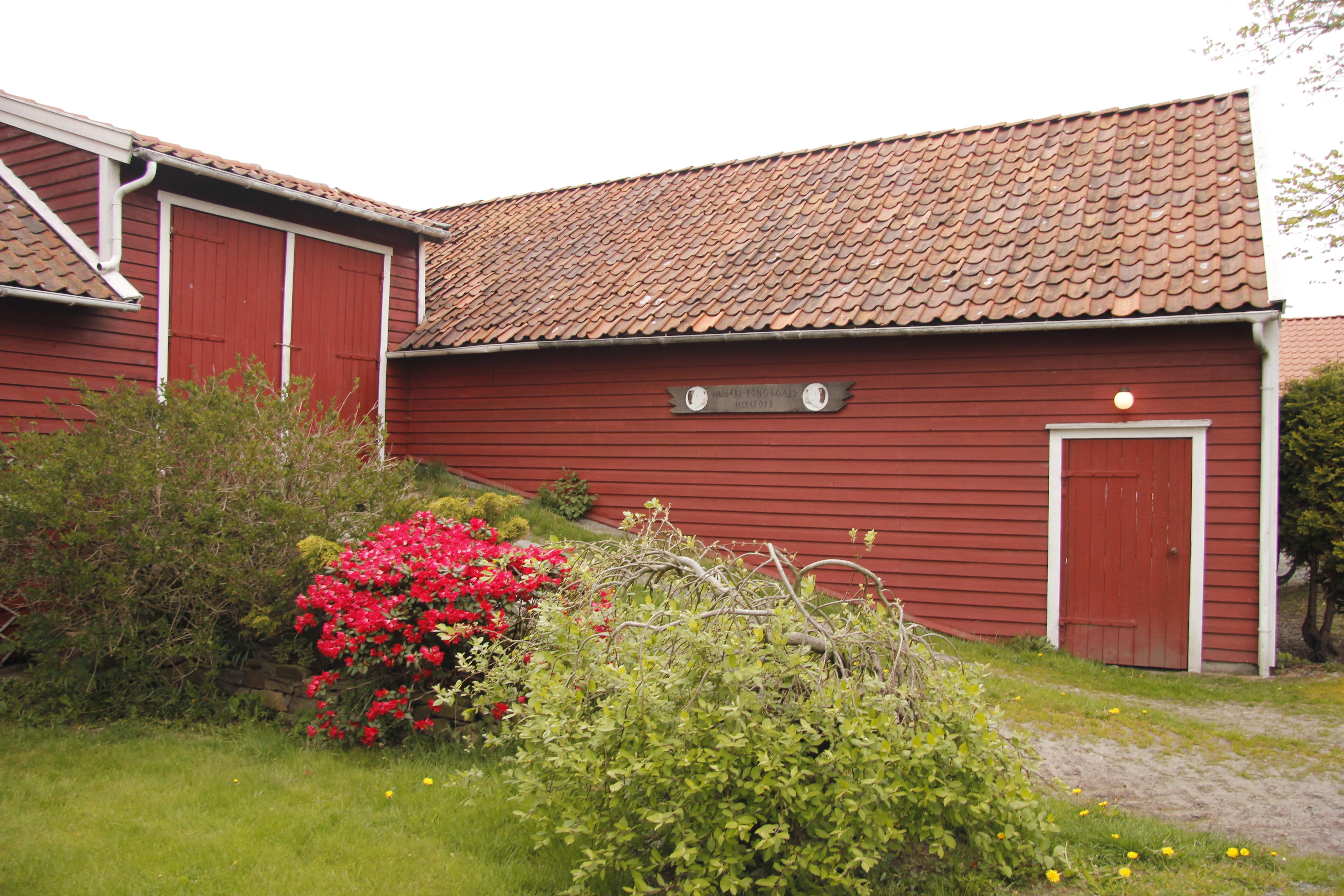 Driftsbygningen/ låven som i 1870 ble gjenreist på muren av en eldre bygning og har fått flere påbygninger i etterkant. Foto: Marit Vestvik Riksantikvaren