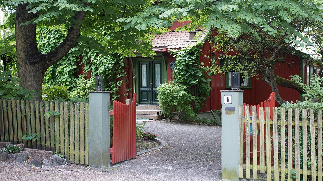 Bilde: Bak denne porten skjuler det seg et kunstnerhjem helt utenom det vanlige. Foto: Fredrik Eriksen, Riksantikvaren