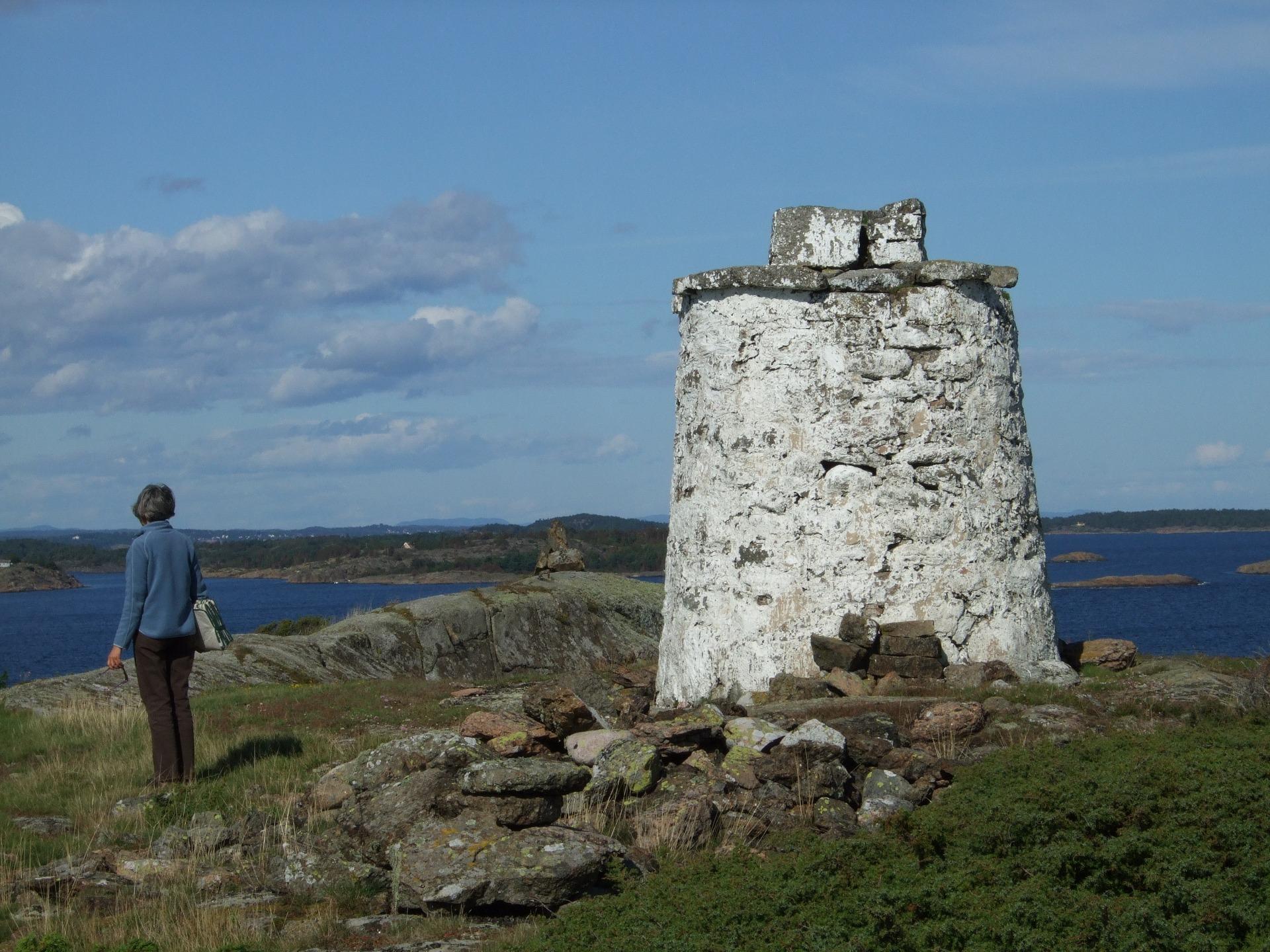 En hvitmalt varde på øya Leistein i Tjøme kommune. Foto: Karl Ragnar Gjertsen (CC BY-SA) via Wikimedia Commons.