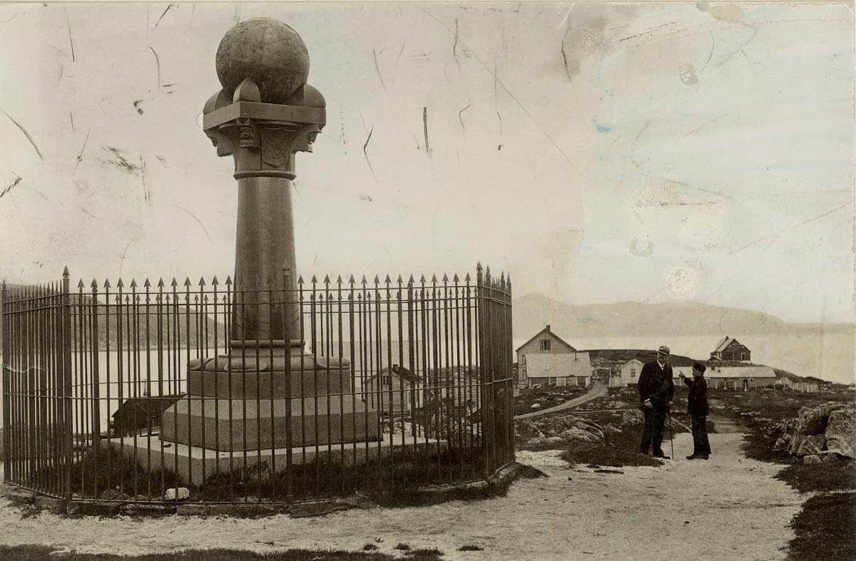 Fire av målepunktene på Struves meridianbue som ble innskrevet på UNESCOs verdensarvliste i 2005 ligger i Finnmark. På bildet ser du meridianstøtten på Fuglenes i Hammerfest som ble oppført i 1854. Foto: Mittet @Riksantikvaren