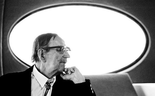 Matti Suuronen (1933-2013)er arkitekten som skapte Futuro det som etter manges mening er det mest moderne hus som noensinne er laget. Han mente at mye dreide seg om å finne et materiale som hadde de rette egenskapene. Og han reduserte beskjedent sitt skaperverk ned til «mye fantasi plast og tallet pi».Foto: https://www.mcmdaily.com/the-futuro-house/