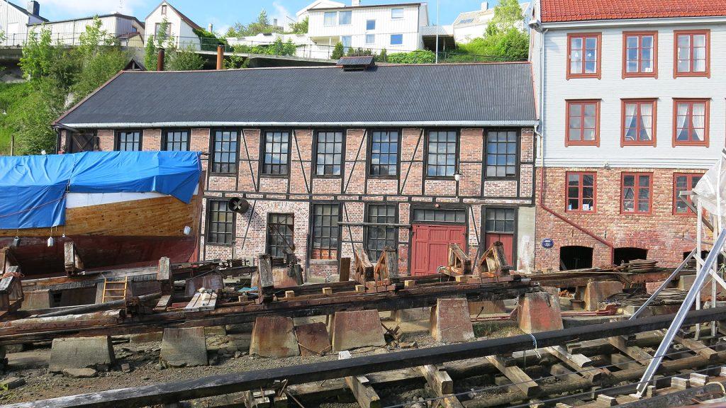 Verkstadbygget som truleg er det eldste bygget i Romsdals Amt som er bygd som mekanisk verkstad er samanbygd med bolig- og administrasjonsbygget på verftet. Foto: Anke Loska Riksantikvaren