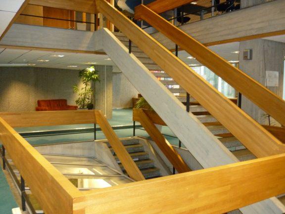 Bilde av innsiden av Norges bank. Bildet viser det vakre trappeløpet i Japansk eiketre. Foto: Siri Schrøder Vesterkjær Riksantikvaren