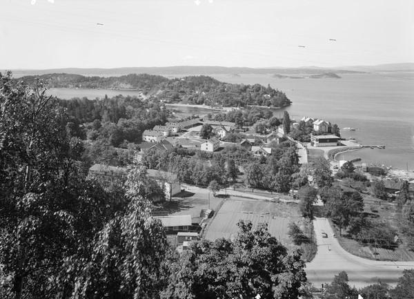 Oversikt over leirområdet midt på bildet med de mange bygningene sett fra Bekkelagsveien mot Ormøya i 1961. Foto: Truls Teigen Oslo Museum
