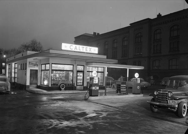 Det er ikke bare navnet og den estetiske utformingen til denne Caltex-stasjonen (California Texas Oil Company) på Tullinløkka i Oslo som gir assosiasjoner til USA. I likhet med «The American Dream» var også bilene og bensinstasjonene symboler på frihet, mobilitet og framskritt. Og inne på denne stasjonen var det helt sikkert mulig å få tak i en iskald Cola og andre amerikanske merkevarer.