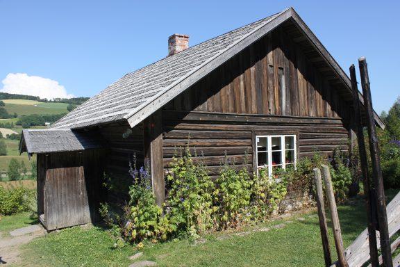 Bilde av Prøysenstua en vakker sommerdag. Foto: Ingrid Melgård Riksantikvaren