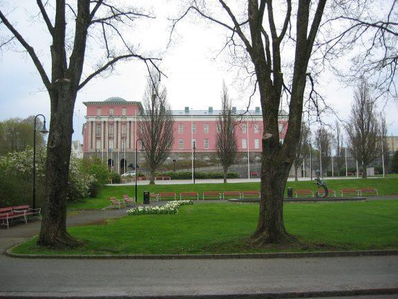 Bildet viser det storslåtte rådhuset i Haugesund og parken inntil rådhuset er av de mange donasjonene til byen fra Knut og Elisabeth Knutsen. Foto er tatt av Bjørn Erik Wøien Riksantikvaren