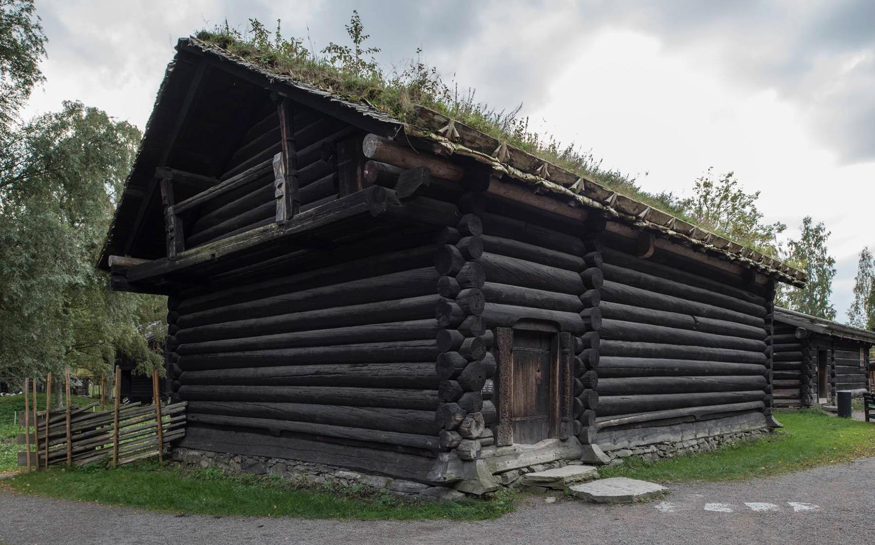 Raulandsstua som i dag står i Numedalstunet på Norsk Folkemuseum i Oslo er en årestue fra ca. 1240 og er altså noe eldre enn hovedbygningen på Kravik Mellom fra 1296. Foto: Lene Buskoven Riksantikvaren