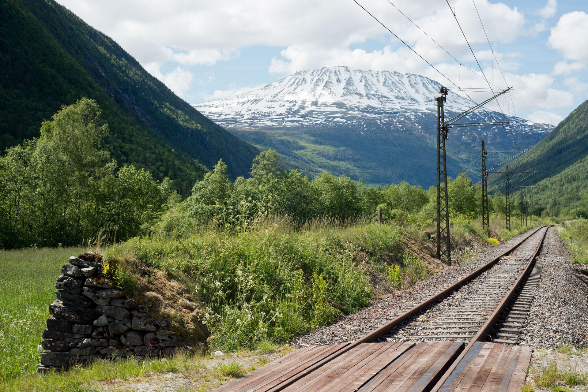 Vindmur ved Rjukanbanen Miland. Gaustatoppen. Foto: Per Berntsen©Riksantikvaren