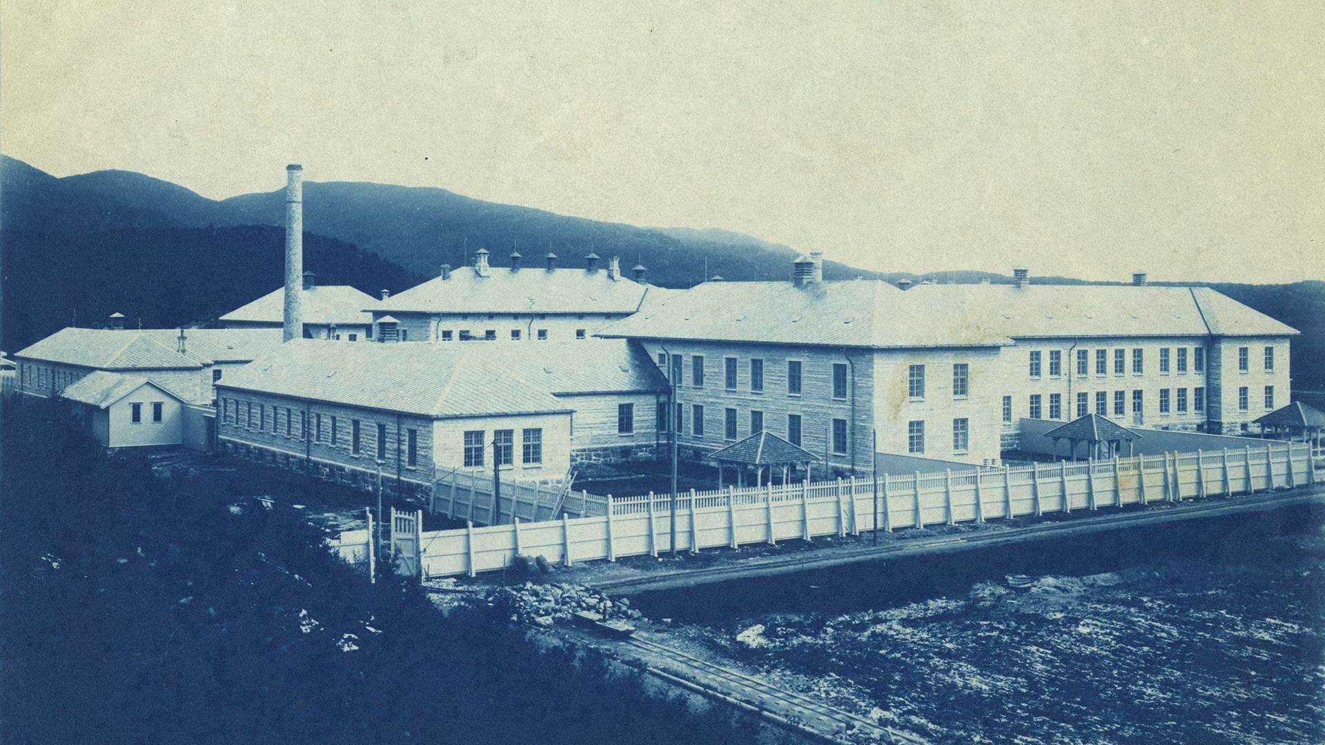 Rønvik Sindsykehus bildet er antakelig tatt omtrent ved ferdigstilling i 1902. Fotograf ukjent.