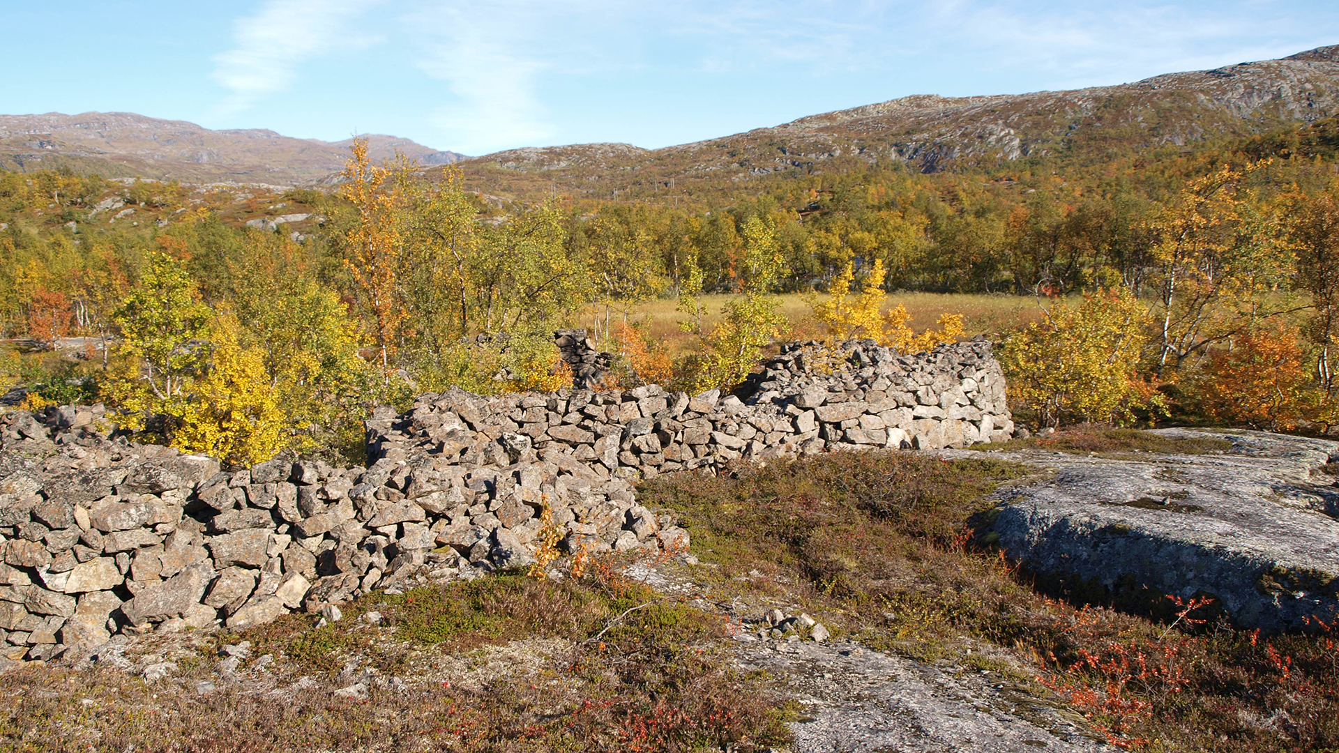 """Rester etter  """"Serberleiren """" ved Øvre Jernvann ved Narvik. Foto: Anne Midtrød Riksantikvaren"""
