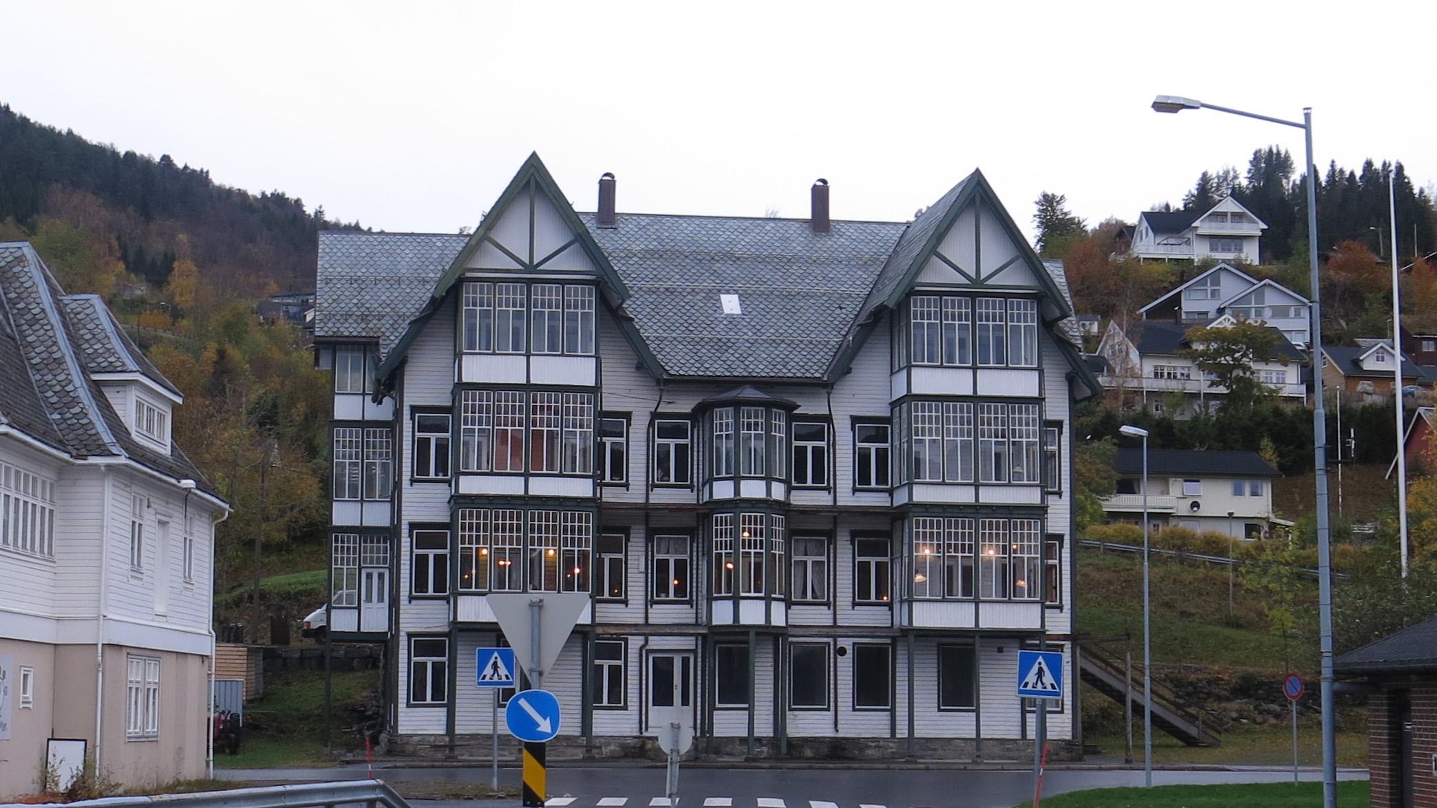 Bilde av Sjøholt Hotell. Eit markant blikkfang er det gamle hotellet der det ligg rett ved hovedvegen. Foto: Jorun Elisabet Aresvik Hals Riksantikvaren.