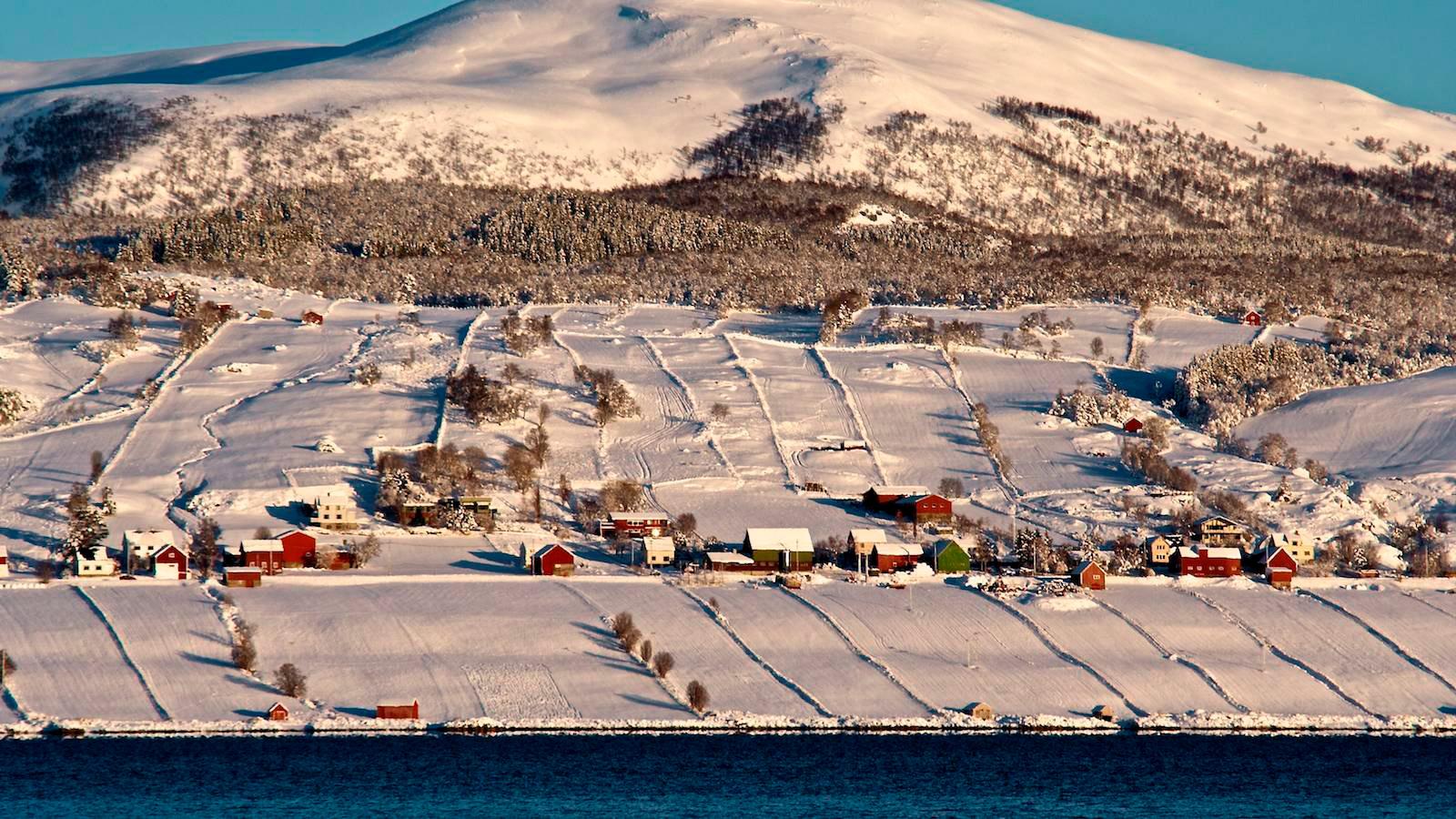 Skallan-Rå i Kvæfjord kommune i Troms er et fjordlandskap med intakt teigstruktur. Foto: Robert Nygård