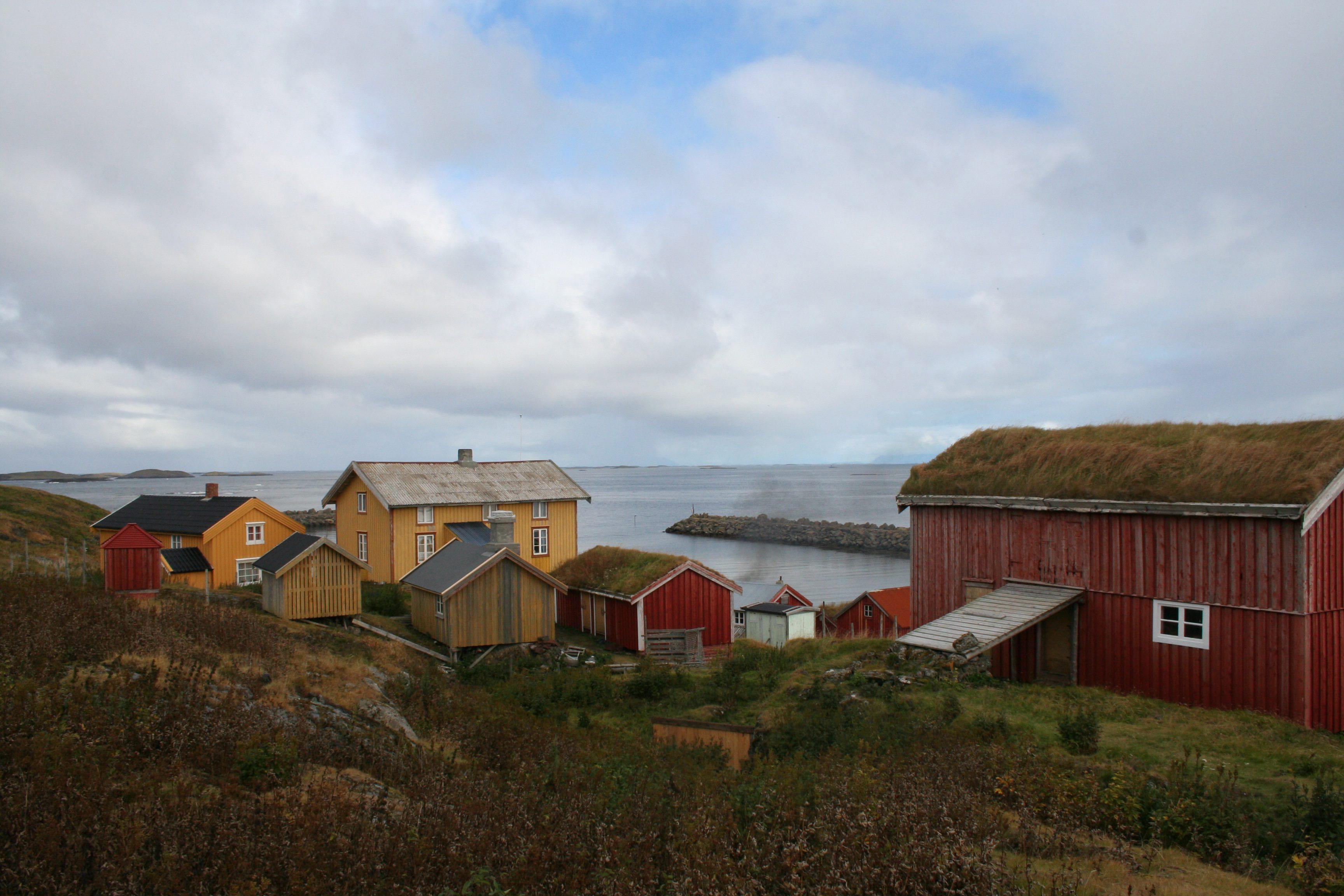 Skjærvær på Vegaøyan på Helgelandskysten i Nordland. I området har det vært drevet fiske og fangst de siste ti tusen årene. Sanking av egg og dun fra de ville ærfuglene har vært en viktig del av næringsgrunnlaget helt siden middelalderen. Vegaøyan står på Unescos verdensarvliste. Foto: Jon Brænne NIKU