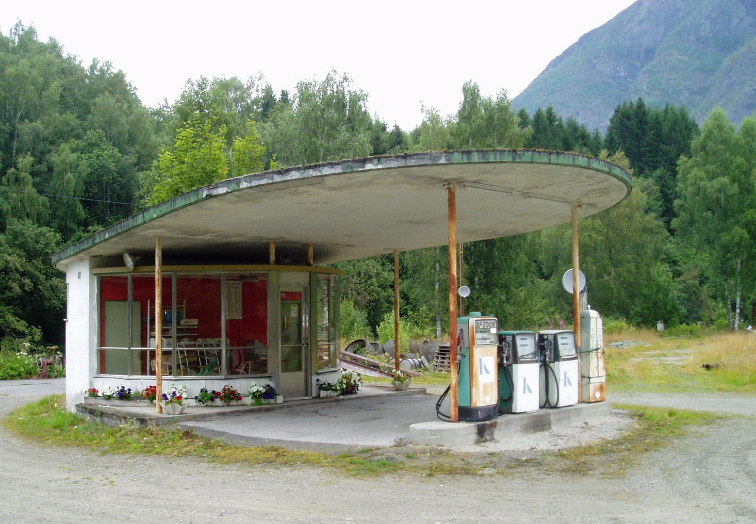 Skjolden bensinstasjon fra 1956 ble tegnet av arkitekt Fr. Theodor Olsen som en standardstasjon for BP. Da veien ble lagt om gjennom Skjolden sentrum, ble kundegrunnlaget svekket og stasjonen ble lagt ned. En liknende skjebne har også mange andre bensinstasjoner opplevd. For andre igjen kunne nye veier og trafikkmønstre bety nye muligheter for nye stasjoner.