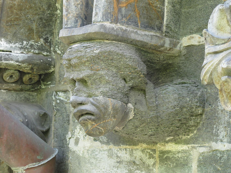 Foto av en av skulpturene fra 1200-tallet ved oktogongesimsen på Nidaros domkirke som viser nedbryting av stein. Årsaken til nedbrytningen er nok både mekanisk og kjemisk men også sementen som ble brukt til å feste den påsatte underansiktet fra 1870-tallet kan ha bidratt til nedbrytningen. Foto: Øystein Ekroll © Nidaros Domkirkes Restaureringsarbeider
