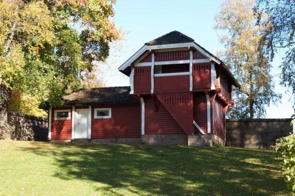 Det særpregede rødmalte stabburet et uthus i villastil hadde to lokumer (doer) vedskjul og iskjeller. Foto: Riksantikvaren